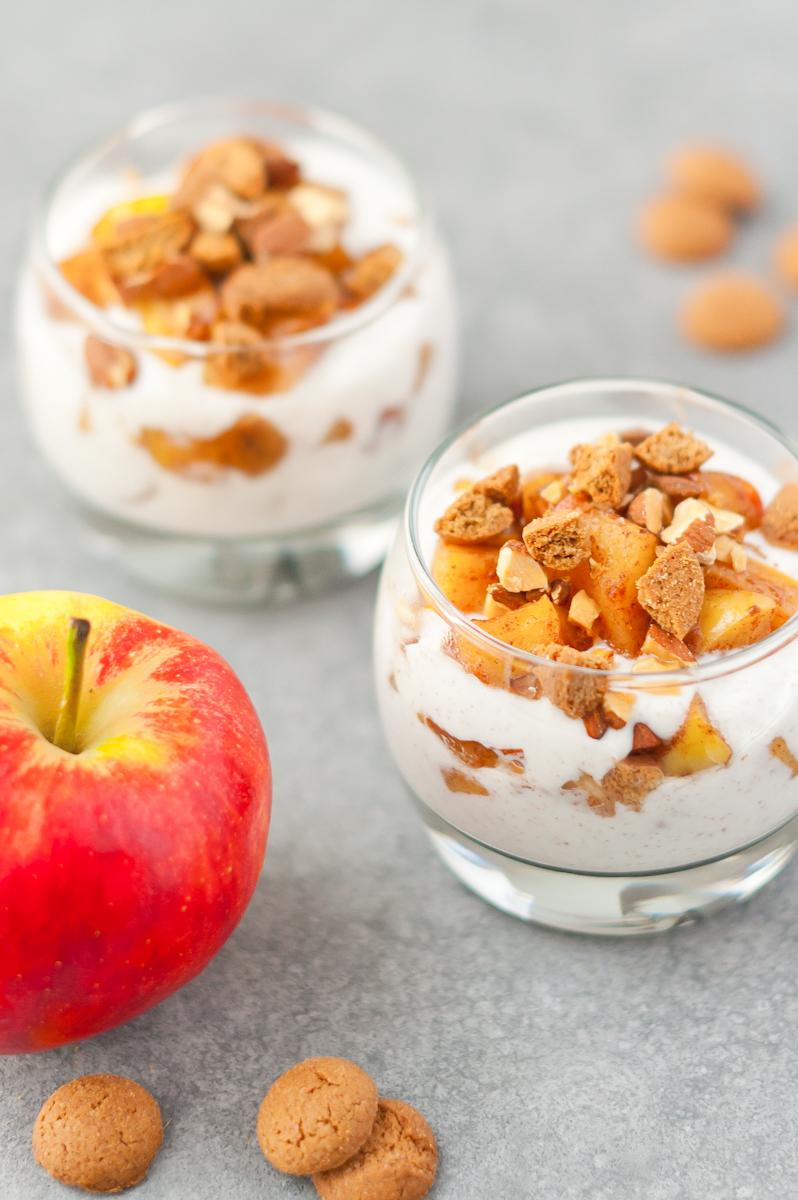Recept voor een heerlijk toetje! Gebakken appels met amandelen, kruidnoten en kaneelyoghurt