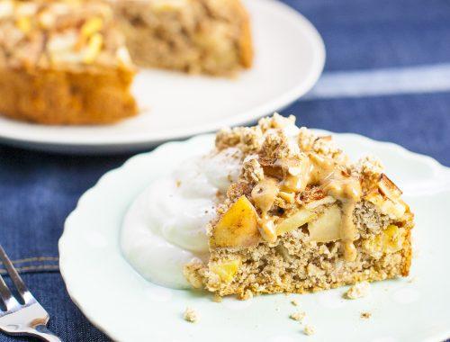 Gezonde taart als ontbijt! Bekijk hier het recept voor een verantwoorde appel havermout taart.