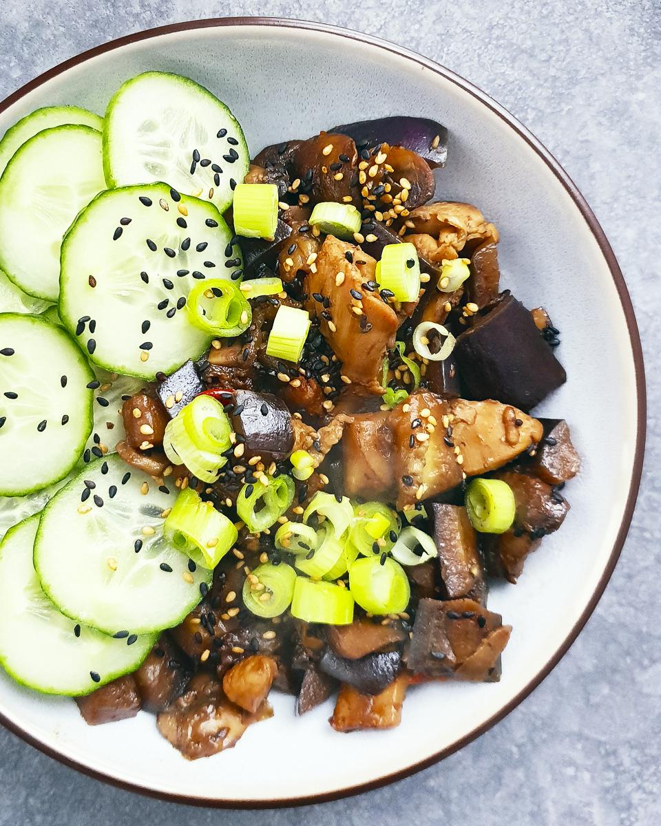 Makkelijk en snel recept voor een gezonde wokschotel met pittige kip en aubergine